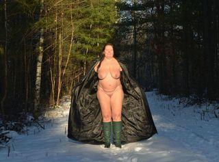 Ich gehe im Schnee spazieren. Dabei habe ich nur einen Ledermantel und hohe Stiefel an. Schau dir meinen drallen nackten Body und meine XXL Titten bei Kälte an…