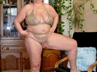 Mein Mann hat mir geile Kettendessous mit goldenen und silbernen Ringen gebaut. Natürlich musste ich sie gleich für einige Fotos anziehen. Schau dir eine dralle Frau mit großen Titten in sexy Dessous an.