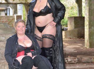 Wir haben mit unserer Freundin einige Bilder in einer Ruine gemacht. Schau dir zwei dralle Frauen in Leder und Overknees an.