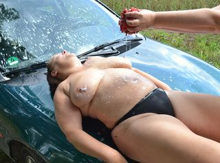 Nachdem wir uns beim Autowaschen so richtig eingesaut hatten, haben wir alles ausgezogen und machen nackt weiter. Schau dir unsere nassen Körper an, wie wir mit vollem Einsatz nicht nur das Auto waschen… Schau Dir auch das gleichnamige Video an!!