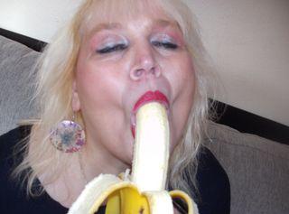 An einer Banane zeige ich dir was ich gerade gerne mit deinen Schwanz machen würde .....