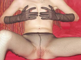 So zeige ich mich gern. Ich finde auch, eine nett eingepackte Frau ist erotischer als eine Nackte ;). Oder wie siehst Du das??
