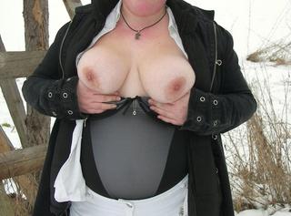 Hier siehst du, wie ich so richtig geil im Schnee für Dich Strippe…