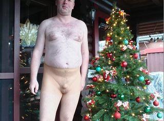 Warum immer typisch im Weihnacht Rot.. Auch eine Strumpfhose ist Geil und sieht Super sexy aus  Ich trage Nylon gerne.. Besonders Feinstrumpfhosen in hellen Farben damit man Schwanz und Füße besser sieht