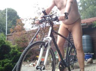 Natur.. Frische Luft und ein Fahrrad.. Nur der Fahrer hat nix weiter an wie eine Strumpfhose. Super Geil so in der Nylon auf dem Rad zu sitzen.. Nachher geht es zum Kanal nur in Feinstrumpfhose. Stört das jemanden??