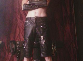 Er in Lack und Leder, kurze Outfitführung