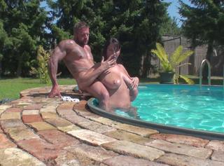 Schau dir an wie ich dem Typen im Pool den Schwanz lutsche, mich von ihm ficken lasse und er mir ins Gesicht wichst. Das Video dazu findest du in meiner Galerie.