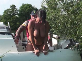 Bilderset aus meinem Video Rent a Boat. Ich blase seinen Schwanz,er fickt meine geile Pussy und spritzt mir seine geile Ficksahne schön in die Fresse!