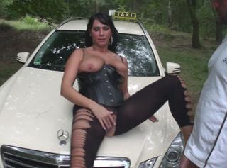 Bilder zu meinem Video (Vom Taxifahrer gefickt und Creampie). Schau dir an wie mich der Taxifahrer auf der Motorhaube fickt und mir seine Ficksahne aus der Pussy läuft!