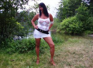 Komm und schau dir meine neuen heißen Outdoorpics in meinem weißen Netzkleid und High Heels an!