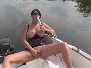 Schau dir meine neuen Bilder aus meinem Video (Einer ist mir nicht genug) an in dem ich es meiner geilen Pussy mit zwei Dildos besorge.