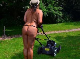 Meine Gartenarbeit mache ich immer splitternackt. Dabei fühle ich mich am wohlsten