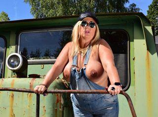 Im Lokomotiven-Museum hatte ich meine neue Latzhose angezogen. Leider passten die großen Brüste nicht in die Latzhose. Egal wie ich es angestellt habe, die Nippel waren immer zu sehen