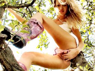 Es kann sich schon manchmal lohnen, wenn man sich unter einen Baum stellt, nach Oben zu schauen. Also Augen auf Jungs !!!