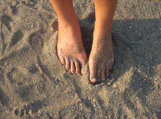 Hier siehst du meine sexy Füße im Urlaub... Ob im Sand, im Wasser, am Pool oder auf der Liege, durch die viele Sonne siehst du sie immer im rechten Licht und schön gebräunt. ;-) Viel Spaß mit den Bildern, lieber Fußfeti! Deine Jenny