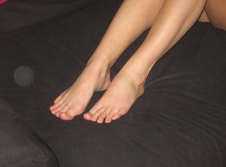 Hier siehst du meine Füße teils nackt, teils in Nylons... Das richtige zum Kennenlernen ;-) Ein Bild ist sogar Ganzkörper, auf dem du zusätzlich meine süßen Titten bewundern kannst...  Viel Spaß damit! :-)