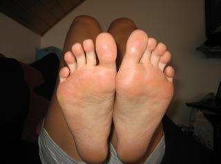Hier kannst du die Unterseite meiner Füße sehen - mit Hornhaut und einem Bild meiner abgehobelten Hornhaut - für Liebhaber ein tolles Erlebnis ;-)