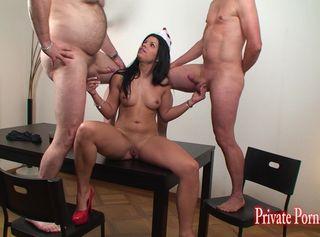Junge Serviceangestellte im Fitnesscenter nutzt die Gelegenheit der halbnackten Männer für ihre Geilheit. Kurz die Pussy gezeigt und schon fickt das sexy Luder mit 2 Kerlen. Tiefes blasen und viel Sperma, einfach geil...