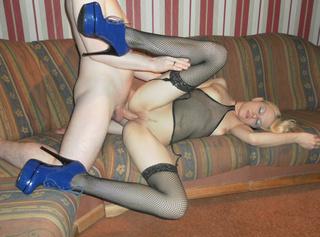 ich habe meine Sexy neuen dessous an und dazu meine neuen blauen High Heels zum schnürren und wir bumsen Geil im Wohnzimmer in mehreren Stellungen viel spaß mit den Pics