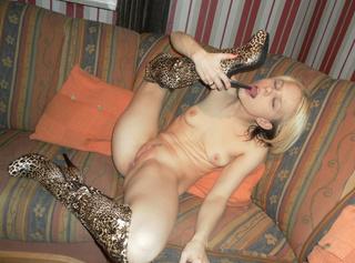 ich habe Sexy neue Stiefel bekommen im Leoparden Look und heute stelle ich sie euch auf ein Paar Geilen Bildern in mehreren Stellungen vor ich wünsche euch viel spaß mit den Pics