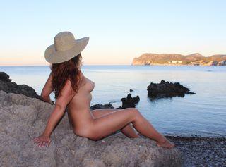 Ich habe mich in einer öffentlichen Bucht am Meer für dich ausgezogen und posiere auf einem Felsen. Der kühle Stein auf meiner nackten Haut, das Wasser und der laue Wind fühlten sich total intensiv an!