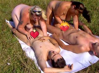 """Vorschaubild vom Privatporno mit dem Titel """"Gruppensex auf der Wiese 1"""""""