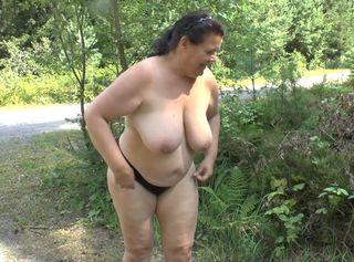"""Vorschaubild vom Privatporno mit dem Titel """"Zwei Lesben ziehen sich aus und pinkeln"""""""