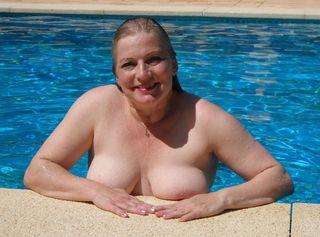 Nackt frauen im pool Exotisches Mädchen