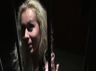 """Vorschaubild vom Privatporno mit dem Titel """"Strafe muss sein: Parkplatzdieb vom Balkon auf's Autodach gepisst"""""""