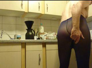 """Vorschaubild vom Privatporno mit dem Titel """"Kaffee kochen in Blauer Strumpfhose 2 ** FAN Video 5 **"""""""