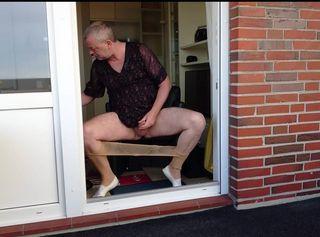 """Vorschaubild vom Privatporno mit dem Titel """"Geiles Wichsen bei Kaffee an der Balkontür"""""""