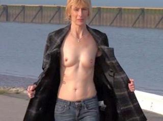 """Vorschaubild vom Privatporno mit dem Titel """"Jeans und Titten Walk am Hafen"""""""