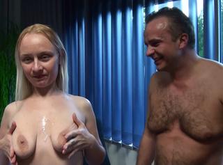 """Vorschaubild vom Privatporno mit dem Titel """"Dolly Busters Mann besucht"""""""
