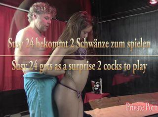 """Vorschaubild vom Privatporno mit dem Titel """"Susy 24 bekommt als Überraschung 2 Schwänze zum spielen"""""""