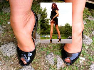 """Vorschaubild vom Privatporno mit dem Titel """"Outdoor Heelswalk"""""""