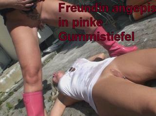 """Vorschaubild vom Privatporno mit dem Titel """"Freundin angepisst in pinke Gummistiefeln"""""""