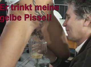 """Vorschaubild vom Privatporno mit dem Titel """"Er trinkt meine gelbe Pisse!"""""""