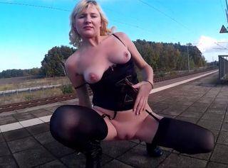"""Vorschaubild vom Privatporno mit dem Titel """"Samira public nude am Bahnhof"""""""