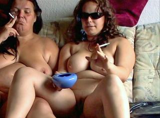 """Vorschaubild vom Privatporno mit dem Titel """"2 nackte Lesben rauchen"""""""