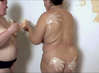 """Vorschaubild vom Privatporno mit dem Titel """"2 Lesben streichen nicht nur eine Wand 1"""""""