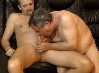 """Vorschaubild vom Privatporno mit dem Titel """"2 Bi-Männer blasen sich die Schwänze"""""""