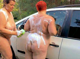 """Vorschaubild vom Privatporno mit dem Titel """"2 sexy Lesben waschen Auto 2"""""""