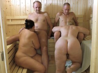 Wir sind mit einem geilen Paar in der Sauna. Schau uns dabei zu, wie wir Frauen uns um die Schwänze der Männer kümmern und diese Blasen. Dann lässt sich unsere Freundin von Hinten ficken, während ich bei meinem Mann einem Blowjob mache. Dabei spielen die Männer an unseren großen Titten.