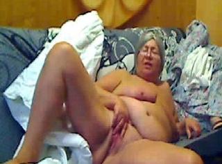"""Vorschaubild vom Privatporno mit dem Titel """"Bettenabziehen ala Oma"""""""