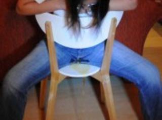 """Vorschaubild vom Privatporno mit dem Titel """"In jeans Gepisst voll aufs Laminat"""""""