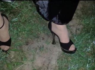 """Vorschaubild vom Privatporno mit dem Titel """"Cindy Devot 03: Im Feld mit Pleaser Heels"""""""