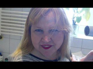 """Vorschaubild vom Privatporno mit dem Titel """"Einnässen beim Haare Fönen"""""""