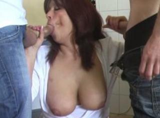 """Vorschaubild vom Privatporno mit dem Titel """"2 Schwänze spritzen auf mir ab..."""""""