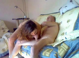 """Vorschaubild vom Privatporno mit dem Titel """"Vollgespritzt auf dem Sofa!"""""""