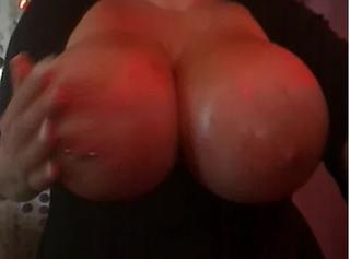 """Vorschaubild vom Privatporno mit dem Titel """"Boobs naß und ölig"""""""